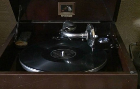 AN HMV MODEL 108 GRAMOPHONE, in dark oak casing, plus a selection